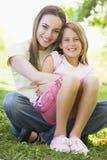 Frau und junges Mädchen, die umfassen und lächeln Lizenzfreie Stockbilder
