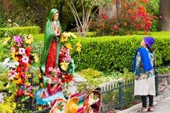 Frau und Jungfrau Mary Statue lizenzfreie stockbilder