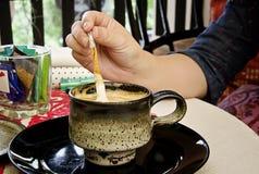 Frau und Kaffee lizenzfreie stockfotografie
