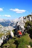 Frau und Kamera in den Alpen stockbilder