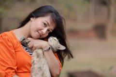 Frau und Katze Lizenzfreie Stockfotos