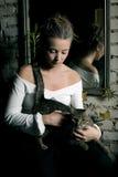 Frau und Katze lizenzfreies stockfoto