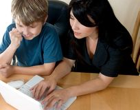 Frau und Kind auf Computer lizenzfreies stockbild