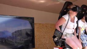 Frau und Kind auf der virtuellen Realität reiten mit Kopfhörer des Gangs VR stock video