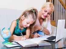 Frau und Kind, die Lektion haben Lizenzfreies Stockfoto