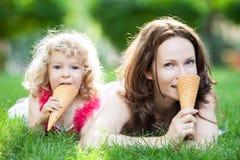 Frau und Kind, die Picknick draußen haben Stockbild