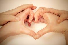 Frau und Kind schaffen Hände des Herzens Lizenzfreie Stockfotos