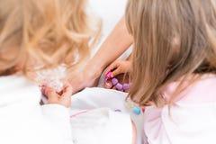 Frau und Kinder auf Bett Lizenzfreie Stockfotografie