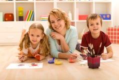 Frau und Kinder, die schwere Gestaltungsarbeit tun Stockfotos
