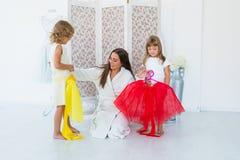 Frau und Kinder im Schlafzimmer Stockbild