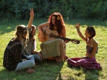 Frau und Kinder mit einer Gitarre Lizenzfreie Stockfotografie