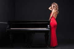 Frau und Klavier Stockbilder