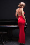 Frau und Klavier stockfoto