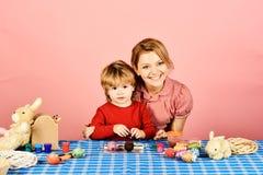 Frau und kleiner Junge mit den lächelnden Gesichtern, die Dekorationen machen lizenzfreie stockfotografie