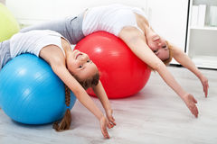 Frau und kleines Mädchen, die Übungen ausdehnend tut Stockfoto