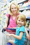 Frau und kleines Mädchen, die das Einkaufen bilden Stockfotografie