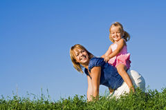 Frau und kleines Mädchen, die draußen spielen Lizenzfreies Stockfoto