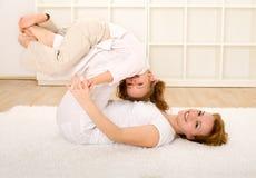 Frau und kleines Mädchen, die Spaß auf dem Fußboden haben lizenzfreies stockbild