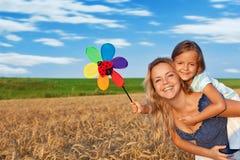 Frau und kleines Mädchen, die Spaß draußen haben stockfoto