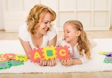 Frau und kleines Mädchen, die Spaß haben Stockbilder
