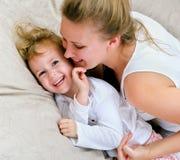 Frau und kleines Mädchen, die Spaß haben Stockfoto