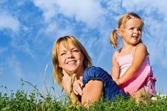 Frau und kleines Mädchen im Gras Stockfotos