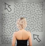 Frau und Labyrinth Beginnen Sie oben, Idee, Unternehmensplanung Stockbilder