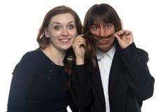 Frau und lustiger Mann in der Jacke Lizenzfreie Stockbilder