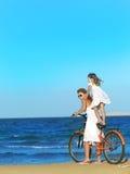Frau und Mädchen auf dem Strand lizenzfreie stockbilder