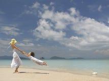 Frau und Mädchen auf dem Strand stockfotografie