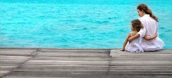 Frau und Mädchen auf dem Strand stockfotos