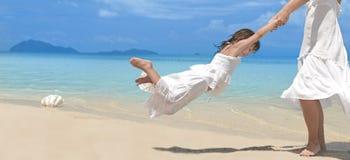 Frau und Mädchen auf dem Strand lizenzfreie stockfotos