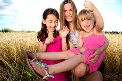 Frau und Mädchen auf Feld stockfotografie