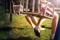 Frau und Mädchen auf Schwingen stockbilder