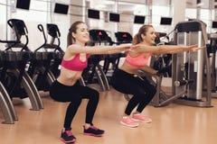 Frau und Mädchen, die aerobe Übungen an der Turnhalle tun Sie schauen glücklich geeignet, modern und Lizenzfreies Stockfoto