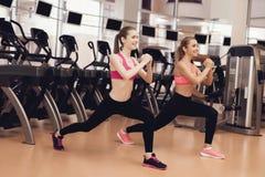 Frau und Mädchen, die aerobe Übungen an der Turnhalle tun Sie schauen glücklich geeignet, modern und Stockbilder