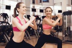 Frau und Mädchen, die aerobe Übungen an der Turnhalle tun Sie schauen glücklich geeignet, modern und Lizenzfreies Stockbild