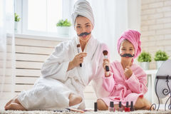Frau und Mädchen mit dem Schnurrbart auf Stöcken Lizenzfreie Stockbilder