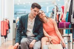 Frau und Männer, die von der Einkaufsmode müde sind- Lizenzfreies Stockfoto