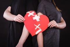 Frau und Mann übergibt Griffen defektes Herz Lizenzfreies Stockfoto
