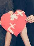Frau und Mann übergibt Griffen defektes Herz Lizenzfreie Stockfotos