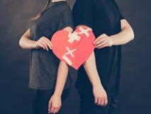 Frau und Mann übergibt Griffen defektes Herz Stockfotografie