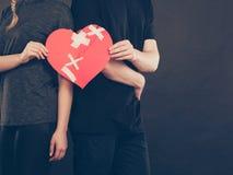 Frau und Mann übergibt Griffen defektes Herz Lizenzfreie Stockbilder