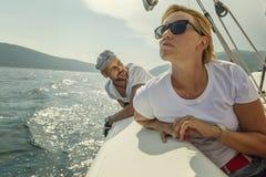 Frau und Mann an Bord der Yacht, schöner Meerblick stockfotos