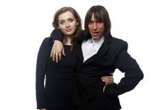 Frau und Mann in der Jacke, die sie hält Lizenzfreies Stockfoto