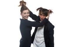 Frau und Mann in der schwarzen Jacke, die Haare hält Lizenzfreie Stockfotos