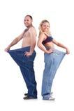 Frau und Mann, die das Gewicht lokalisiert auf Weiß löst Stockfotos