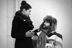 Frau und Mann, die in der Retro- Art sprechen Stockfotografie