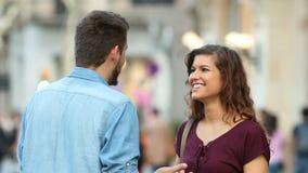 Frau und Mann, die in der Straße sprechen stock footage
