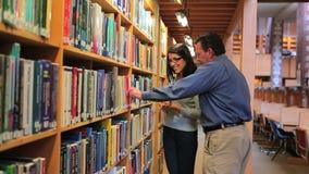 Frau und Mann, die ein Buch finden stock video footage